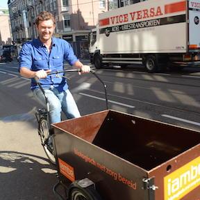 iambe-amstetrdam-met-de-bakfies-op-weg